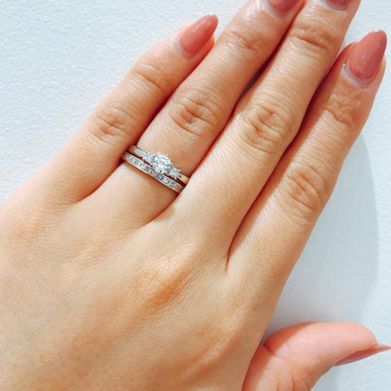 婚約指輪とセットリングになるように計算されデザインされた結婚指輪。