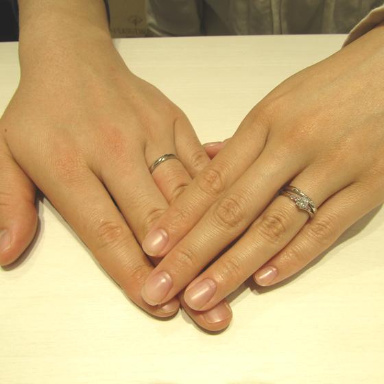 >出来たばかりのお二人の指輪をはめてぱしゃり☆とってもお似合いです!