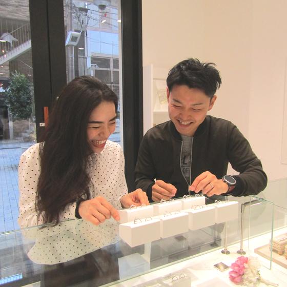 >約30種類もあるブランドからお二人らしい結婚指輪をお探し中・・・