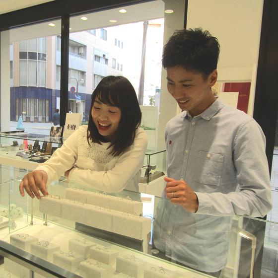 >指輪は当店の他に姉妹店もご覧頂きました。お二人の気に入るデザインがありよかったです♡