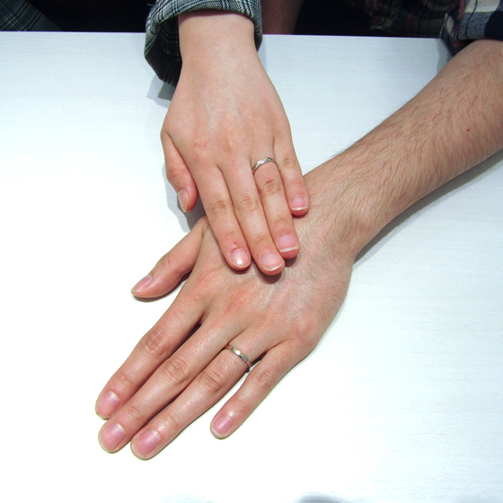 >プラチナ×ピンクゴールドの肌なじみ抜群の結婚指輪がお二人のお指にもぴったり!
