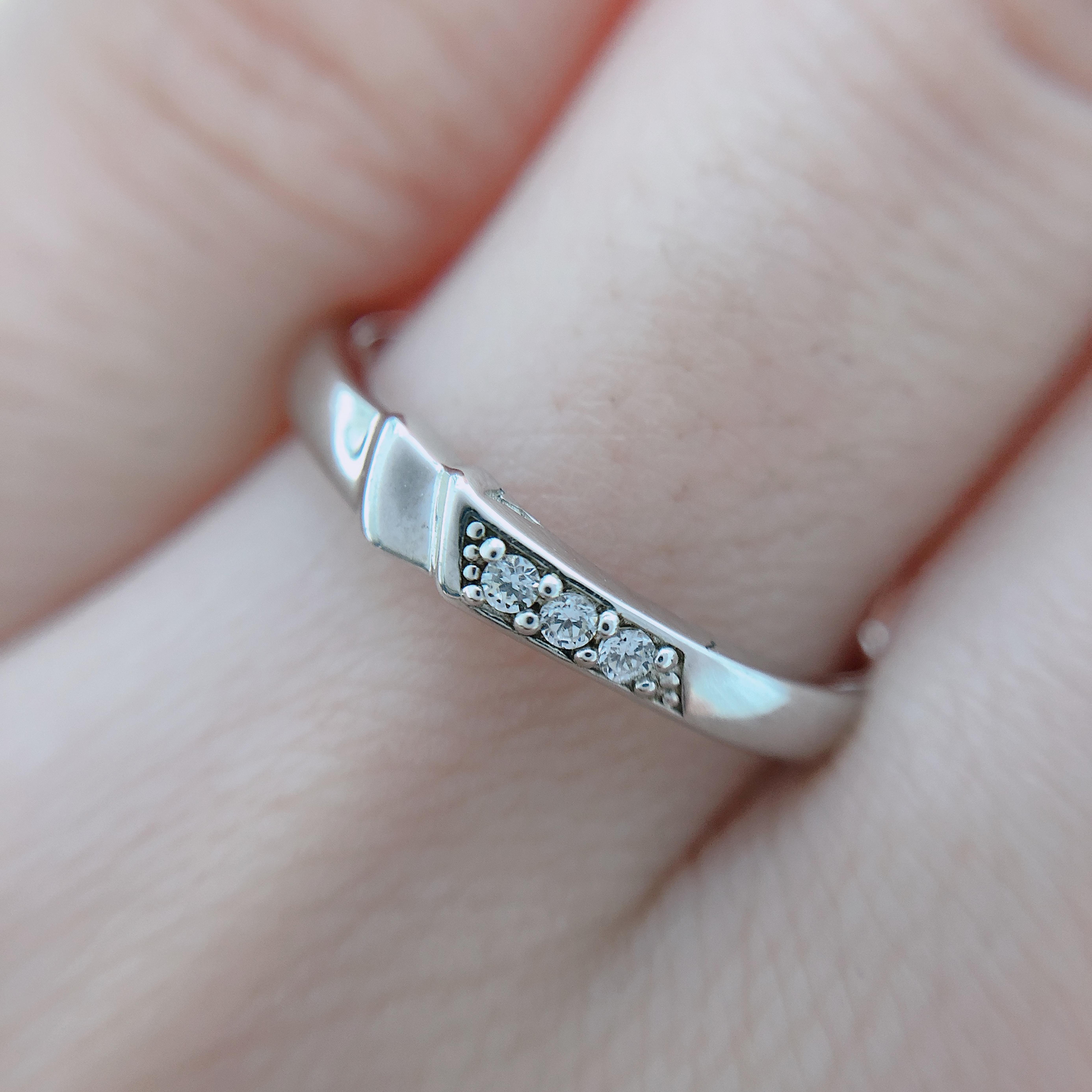 ダイヤモンド三粒が綺麗に輝きます!