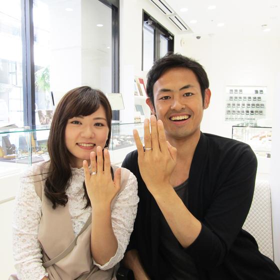 >できたばかりの指輪をはめ記念撮影♡お洒落な指輪がお二人にぴったりです。