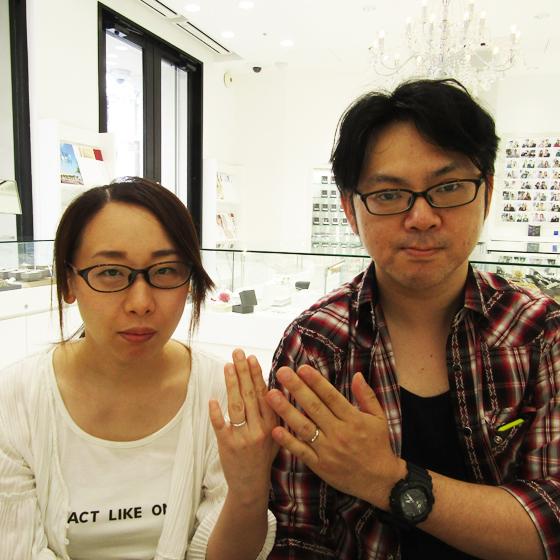 >できたばかりのご結婚指輪をはめて記念撮影♪