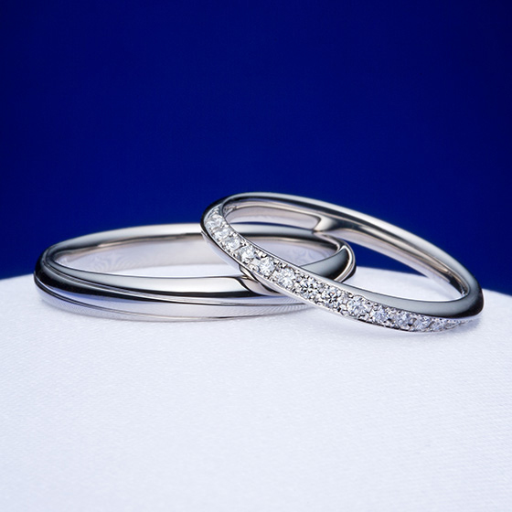 >lady'sはハーフエタニティ―でダイヤモンドがリングに沿ってグルっ施され、men'sも同じようなラインが♡