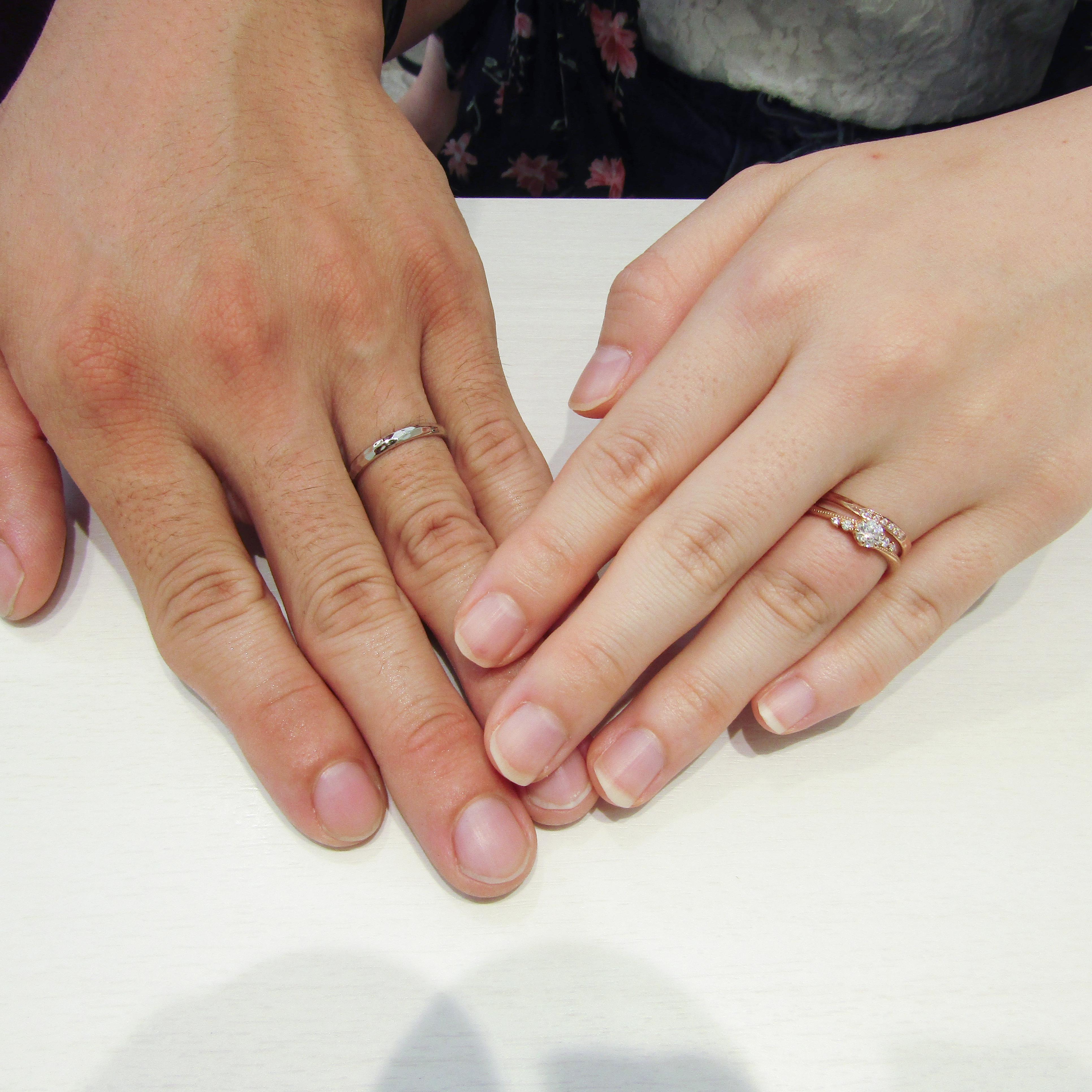>婚約指輪との重ね付けもよく似合っています♪