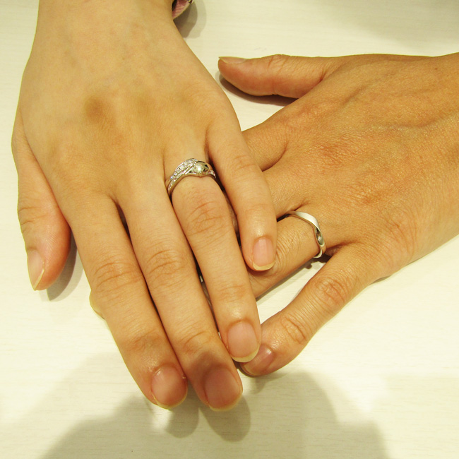 >とっても華やかで素敵なリングに仕上がりました。結婚指輪はmen's・lady'sお揃いの形です!