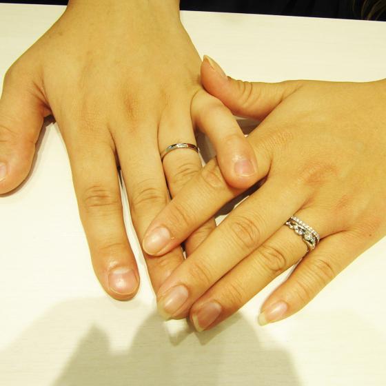 >婚約指輪にはアクアマリンのお石が贅沢に。結婚指輪は形が∞になる特徴的なものをお選び頂きました。
