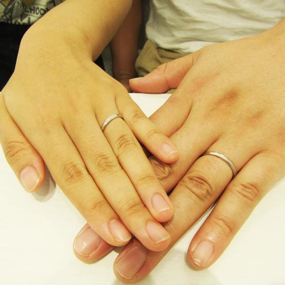 >お二人のお指にぴったりのご結婚指輪、とってもお似合いです。