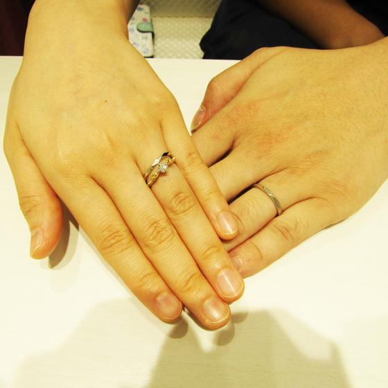 >表面のカットが華やか!婚約指輪との相性もバッチリです。