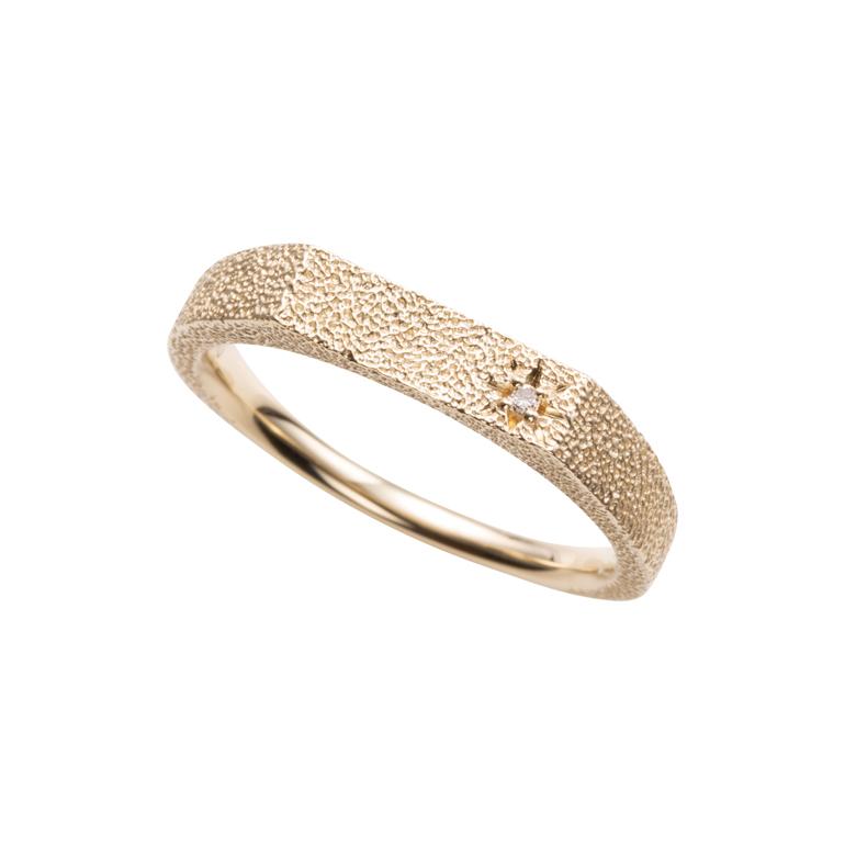 テクスチャ加工が可愛いデザインのリング。1粒のダイヤモンドが大人な印象に。