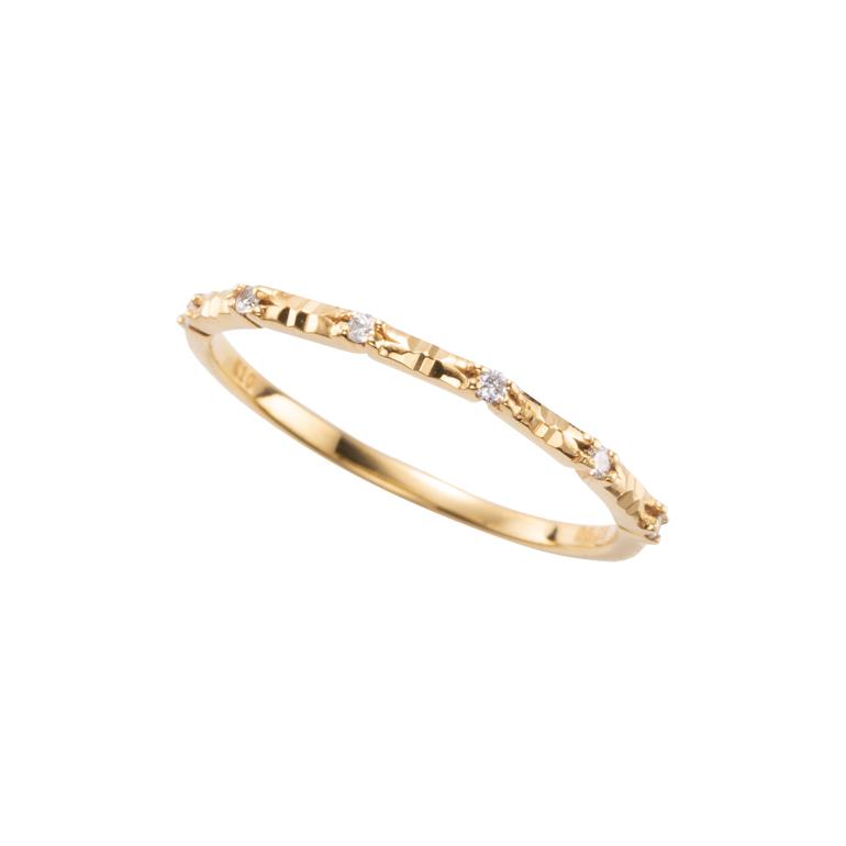 イエローゴールドにダイヤモンドをあしらった華やかなデザインのピンキーリングです。