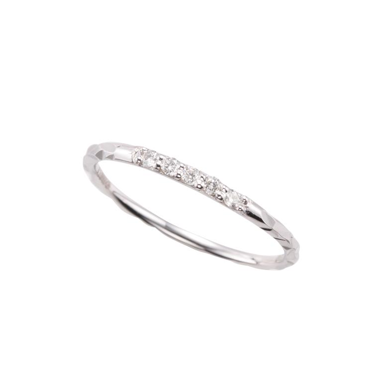 ダイヤモンドを5石あしらったシンプルなピンキーリングです。