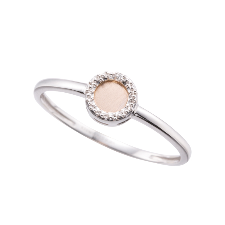 散りばめられたダイヤモンドが可愛らしいダイヤモンドリングです。