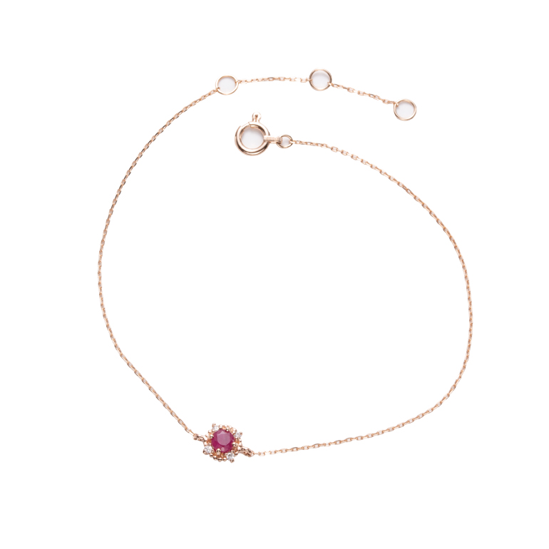 ルビーとダイヤモンドをあしらった華やかなデザインのブレスレット。