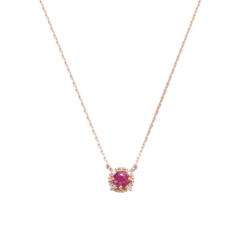 ルビーとダイヤモンドをあしらった贅沢なネックレス。
