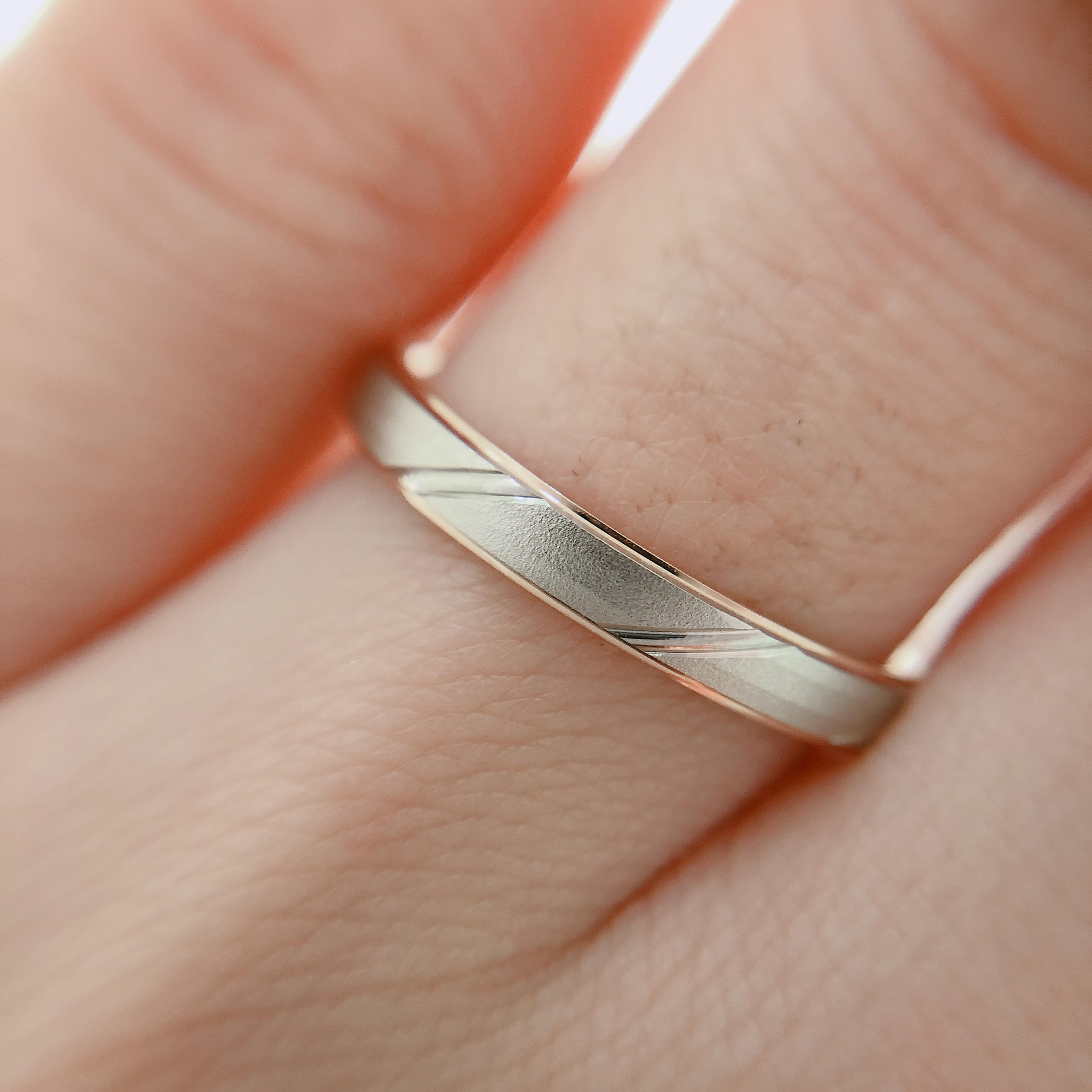 マットな表面に一筋の鏡面ラインがポイントの結婚指輪です