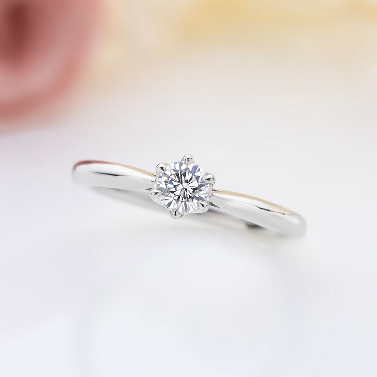 センターのダイヤモンドを最大級に美しく魅せてくれる6本立て爪のストレートライン。王道ですが飽きの来ない婚約指輪です。