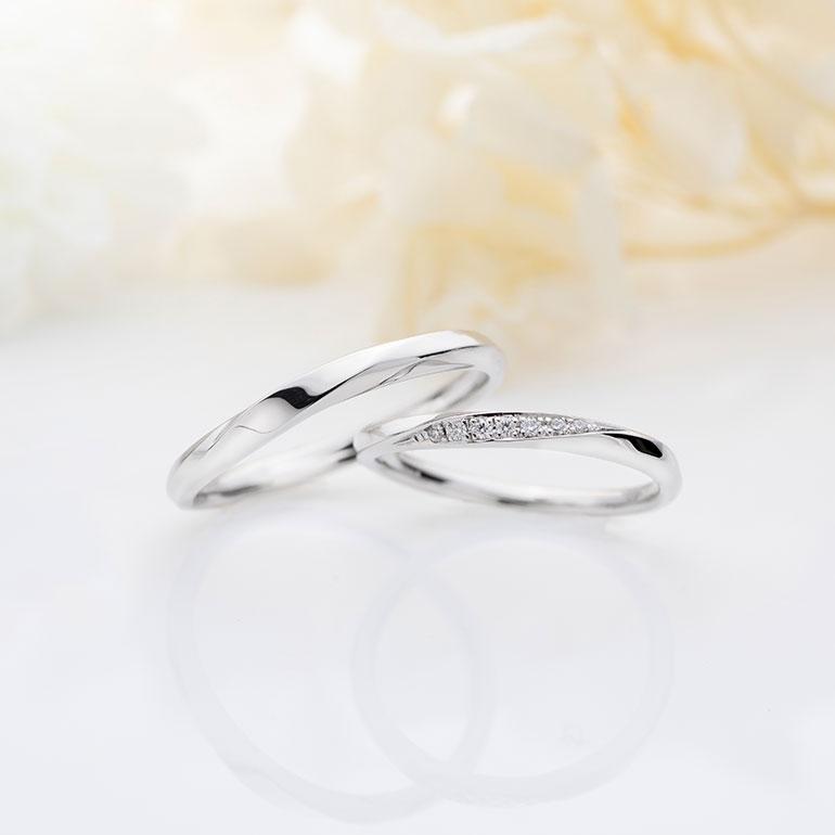 限りなくストレートラインに近い緩やかなカーブが人気の結婚指輪です。カーブラインに沿って施されたエッジ加工がよりデザインに動きを与え指を綺麗に魅せてくれます。