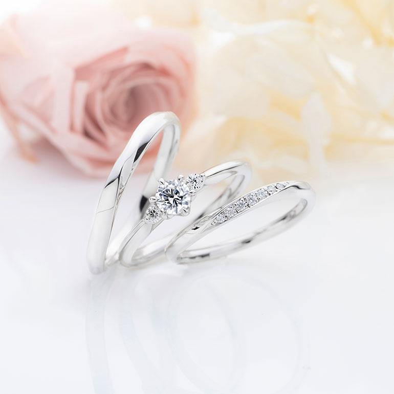 ストレートラインの婚約指輪に緩やかなカーブランを合わせたセットリング。婚約指輪はシンプルで可愛らしく、結婚指輪はメレダイヤモンドを華やかにセッティングしました。men'sリングも緩やかなカーブラインに沿ってエッジ加工がポイントです。