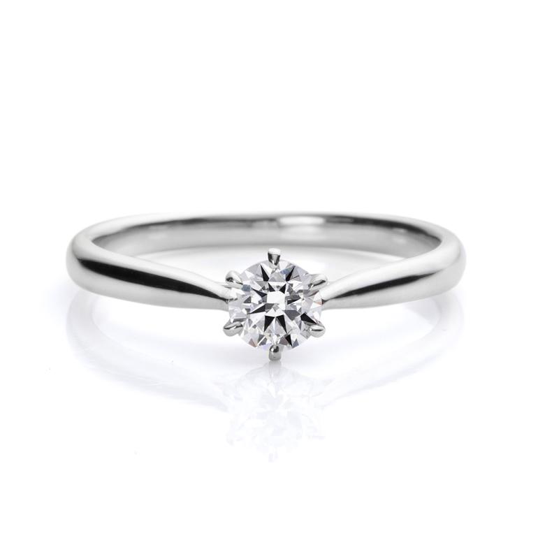 正統派な6本立て爪のストレートライン。ダイヤモンドの輝きを最大級に引き出してくれます。