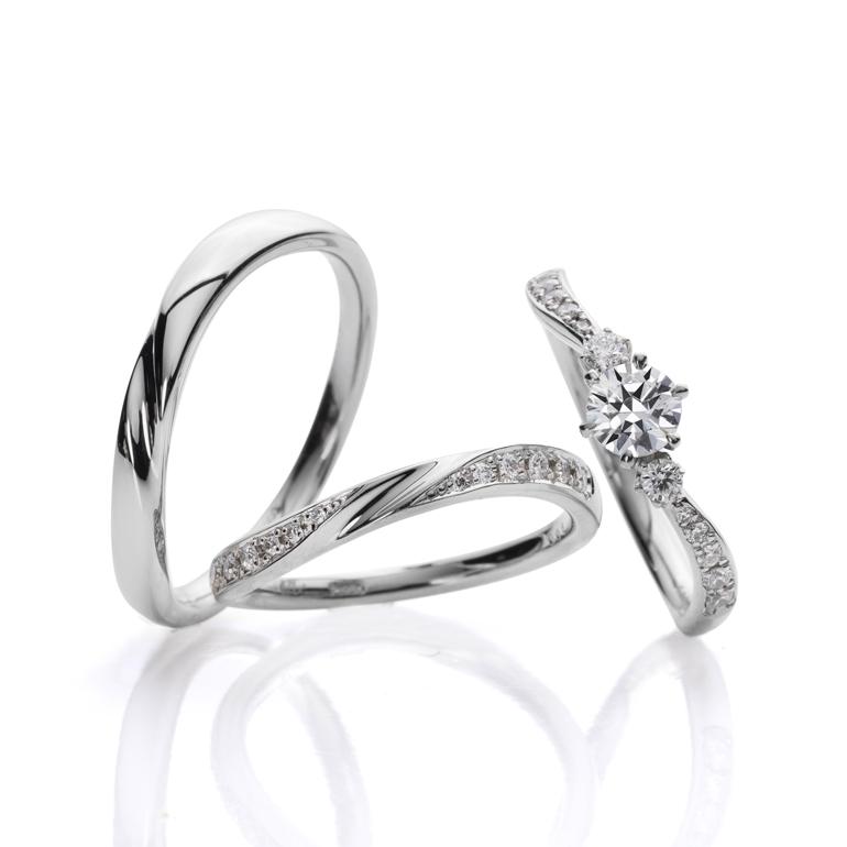 ピッタリとラインが重なるセットリング。緩やかなカーブが柔らかな印象を与えます。結婚指輪にデザインされた中央の絞ったデザインが指を綺麗に見せてくれます。