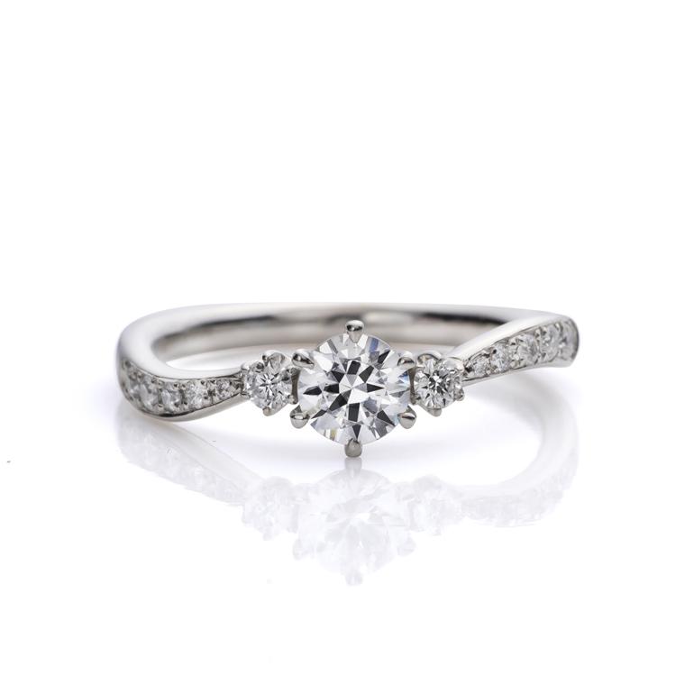 ウェーブラインが美しい婚約指輪。サイドにセットされたメレダイヤモンドが可愛らしさとゴージャスさを上手く演出しています。