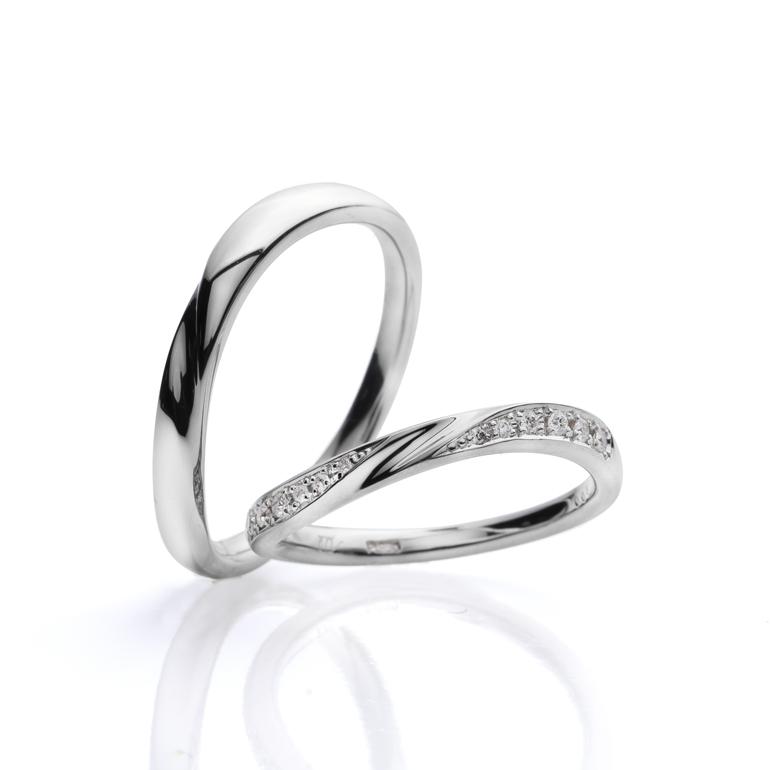 センターのデザインがよりリングに動きを与え指を綺麗に演出します。流れに沿ってセットされたダイヤモンドがゴージャス。