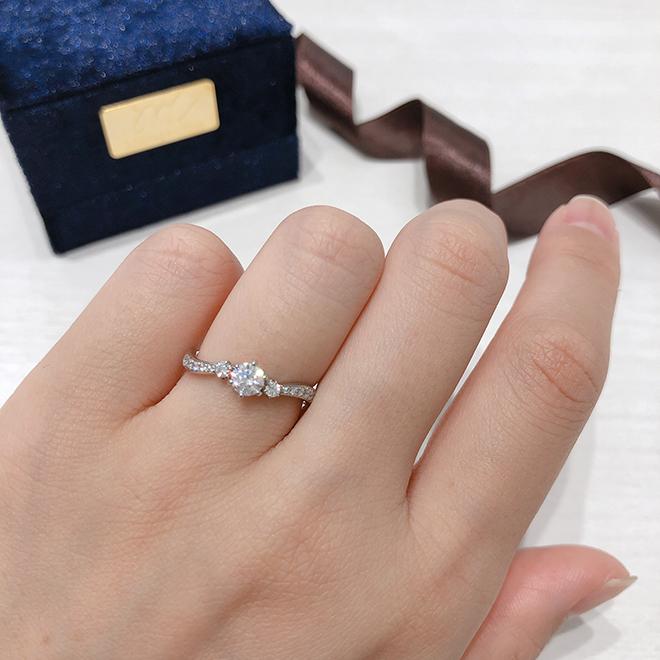 中央3石のダイヤモンドを中心に、煌びやかなゴージャス系の婚約指輪です。