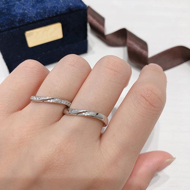 優しいウェーブラインが指を優しく包みます。手の形が美しく見える結婚指輪。