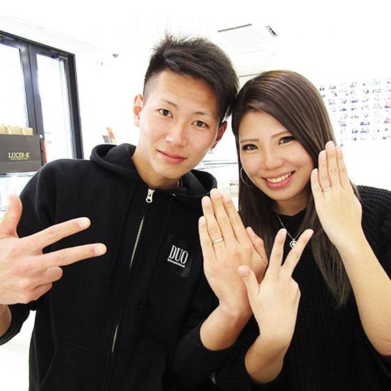 出来上がったばかりの指輪をはめて記念撮影♡笑顔が素敵なお二人でした!