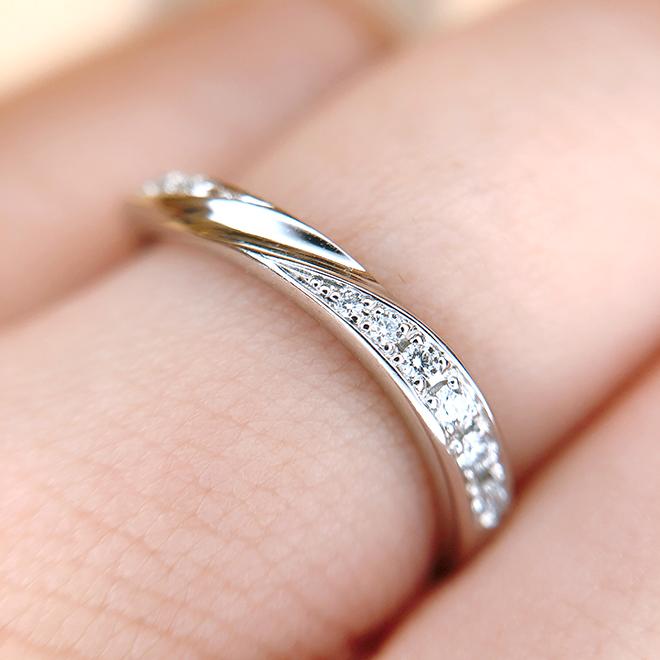 計12石のメレダイヤモンドのグラデーションが美しい結婚指輪。