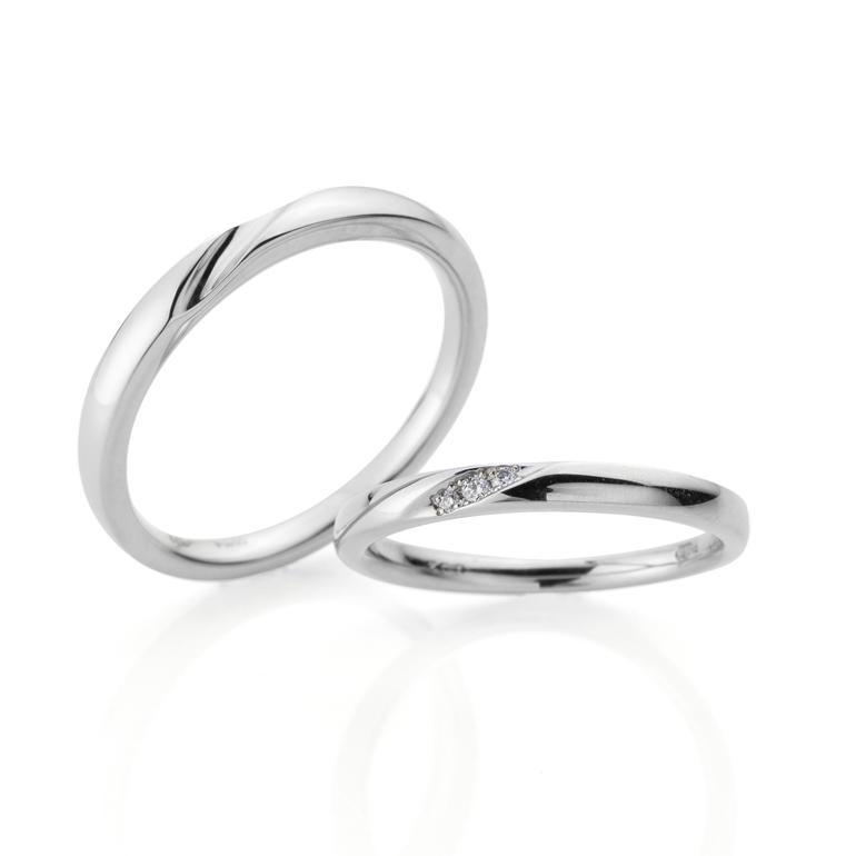 ストレートラインに斜めのデザインを描いた人気の結婚指輪。女性用にはダイヤモンドを3P華やかにセッティング。男性用にも斜めのラインを入れ動きを出しました。