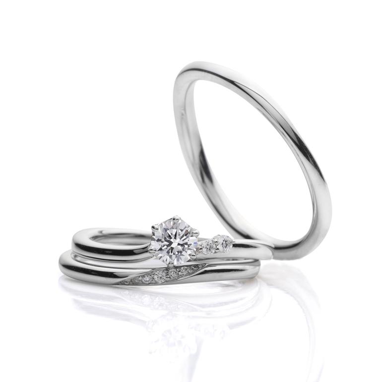 緩やかなウェーブラインを揃えた婚約指輪・結婚指輪のセットリング。丸みのある形状が指に優しくフィットします。