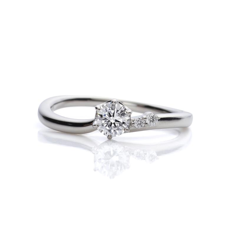 片側にポイントをおいたデザインが可愛らしい婚約指輪。流れるラインがダイヤモンドの輝きをより美しく演出します。