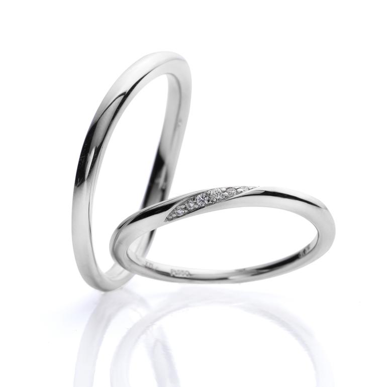 細身の結婚指輪。コロンと丸みのある形状と優しくカーブされたラインが優しく指に馴染みます。