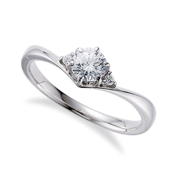 指に馴染みやすいV字ラインのキュートな婚約指輪(エンゲージリング)。