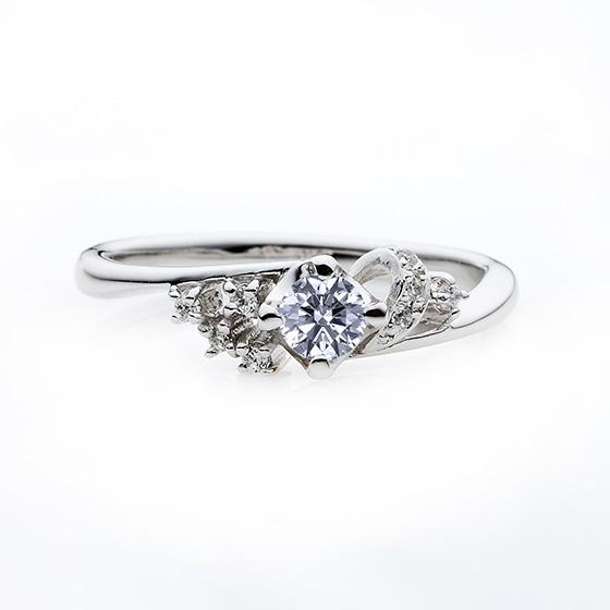 両サイドそれぞれ印象の違う華やかな婚約指輪(エンゲージリング)です。