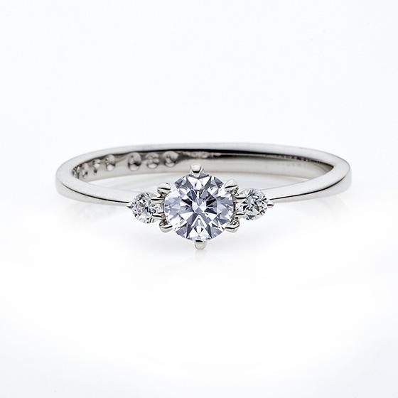 ストレートラインのシンプルな婚約指輪(エンゲージリング)。