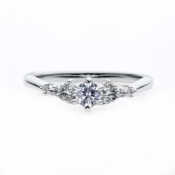 散りばめられたメレダイヤモンドがまるで星の瞬きのように輝く婚約指輪です。