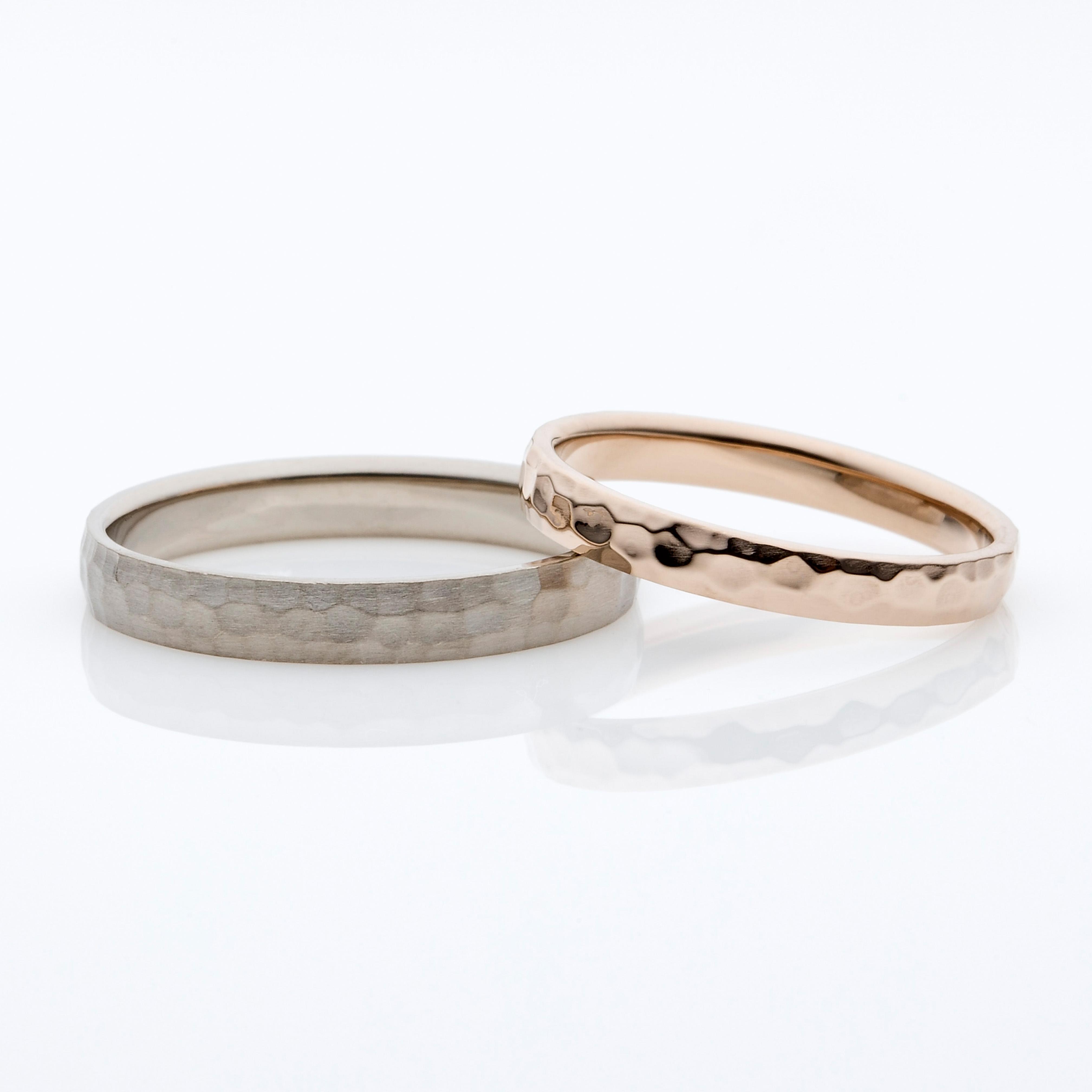 リング全体に施された槌目(つちめ)のデザインが個性を引き出してくれる結婚指輪です。