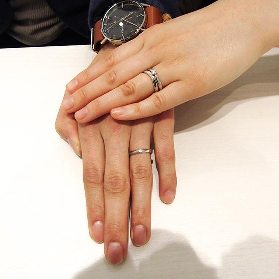 >婚約指輪との相性もバッチリですね!