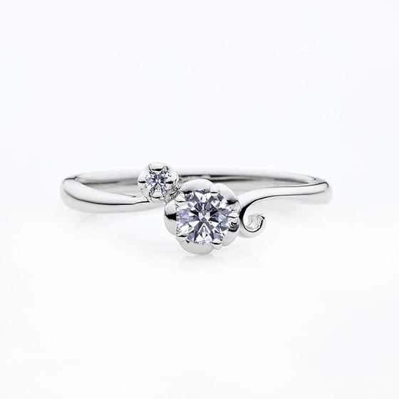 お花を再現した婚約指輪(エンゲージリング)。手元を可愛らしく飾ります。