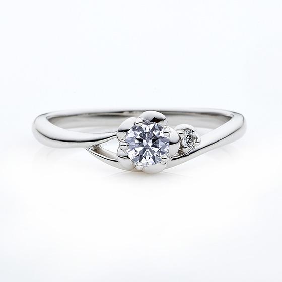 お花をイメージした婚約指輪です。透かし部分がお指を細く魅せてくれます。