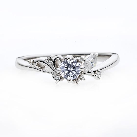 不規則に散りばめられたダイヤモンドがキュートな婚約指輪です。