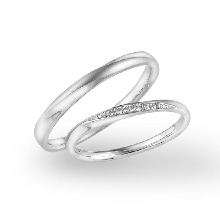 人気のストレートラインに緩やかにセッティングされたダイヤモンドの輝きが美しく輝きます。