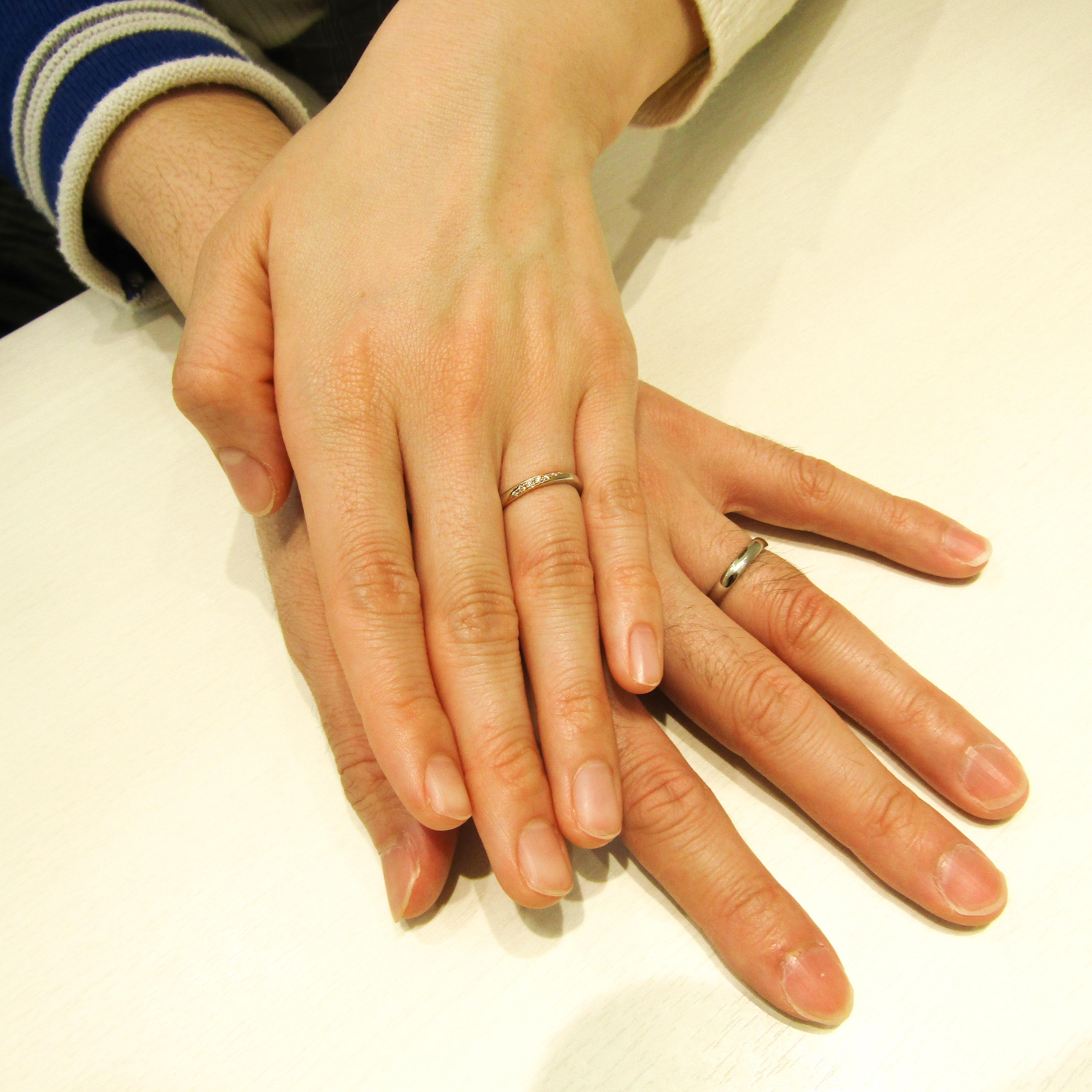 >お二人の長い指にしっかりと馴染んでますね!
