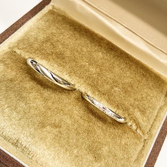 >出来上がったばかりのお二人だけの結婚指輪をです。