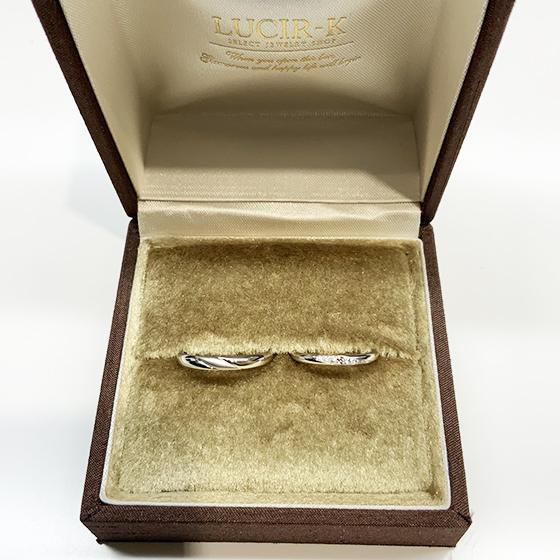 >lady'sの中央のピンクダイヤモンド、men'sの中央部分のつや消し加工がポイント!