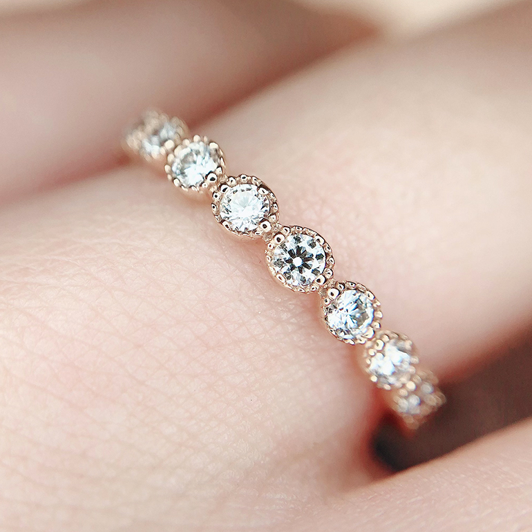 ダイヤモンドだけでなくミル打ちも優しく輝く華やかなデザインが特徴的!K18(ゴールド)が手に馴染みます。